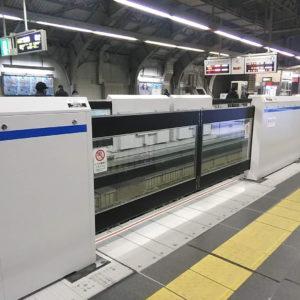 阪急神戸三宮駅のホームの可動式ホームドアの設置工事