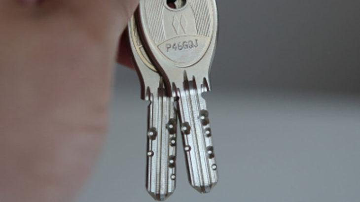 伊丹で伊丹で合鍵、スペアキー、ディンプルキー、コピーキー、Duplicate key、Spare key、家庭のカギ、オフィスの鍵、店舗の鍵、車の鍵、バイクの鍵、特殊キーならイズミヤB1F 靴修理 時計の電池交換 合鍵作製 のお店プラスワンまで